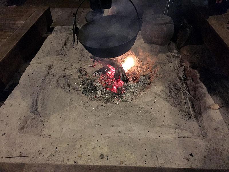 囲炉裏で囲いながら…